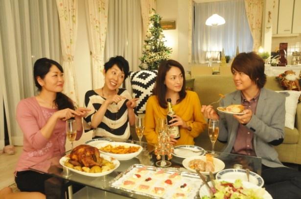【写真を見る】田中美奈子(右から2番目)は「49歳のクリスマス」に出演