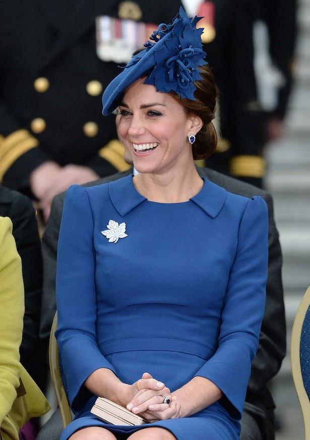 カナダ到着時、ロイヤルブルーの鮮やかな服で登場したキャサリン妃