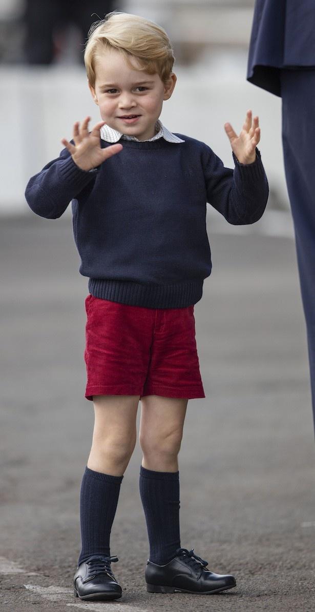 帰国時にご機嫌で両手を振っていたジョージ王子