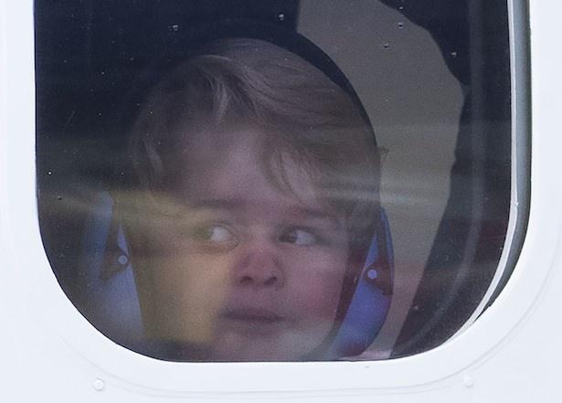 【写真を見る】窓からのぞくジョージ王子のキュートすぎるおもしろ顔!