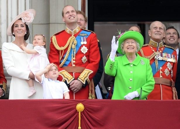 【写真を見る】記念式典で共に写ったエリザベス女王とシャーロット王女が激似!?