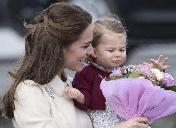 シャーロット王女はブーケを嗅ぐ姿も愛らしいと話題になった