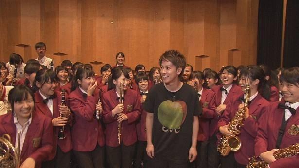 佐藤は、大学のホールを借りて、吹奏楽を練習中の高校生たちと出会う