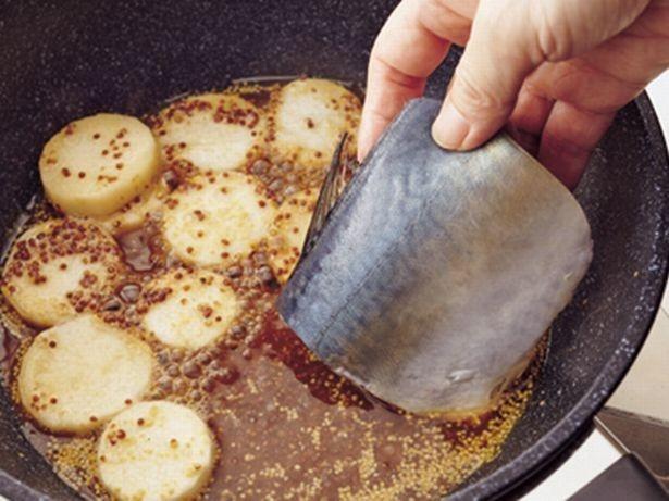 さばは煮汁を煮立てたところに加えると、生臭さが抑えられ、煮くずれもしにくい