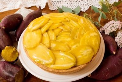 【写真を見る】「鹿吉 絹錦(シルクスイート)のタルト」(581円、ホール5508円)は、ねっとりとした食感と濃厚な甘味に食べごたえのあるサツマイモを存分に楽しめる