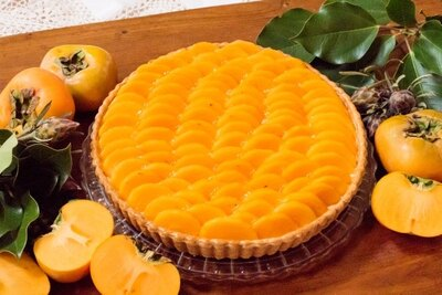 「柿のタルト」(629円、ホール5940円)は、みずみずしい柿の食感と新鮮な甘味がひと口ごとに広がるタルト