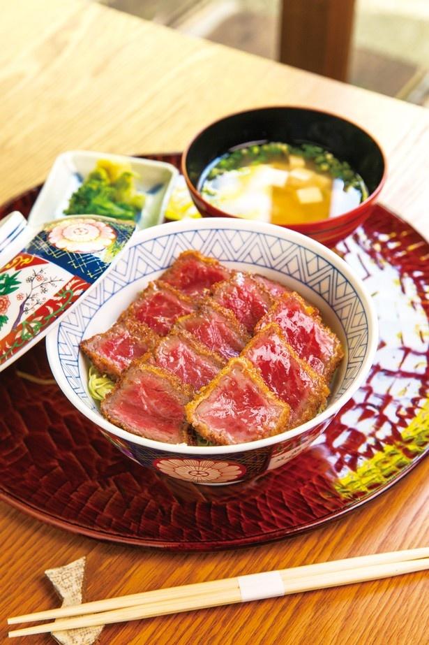 【写真を見る】レアなお肉をサクサク衣のカツと甘口ソースが引き立てる「牛カツ丼」(1944円)/豆萬味 祇園