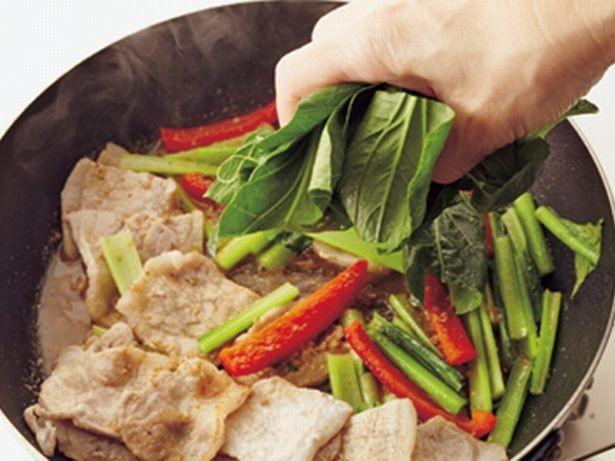 【写真を見る】小松菜は茎と葉では、火の通り方が違うので、火の通りやすい葉は最後に加える
