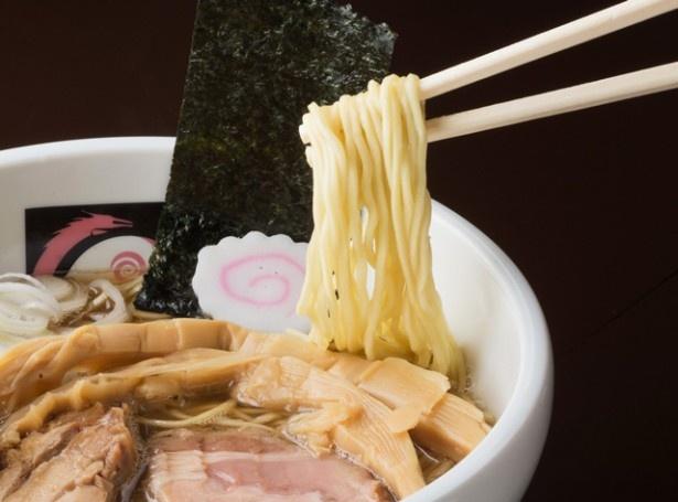 歯応えのある麺と、3種類の煮干しの風味が香ばしいスープで人気