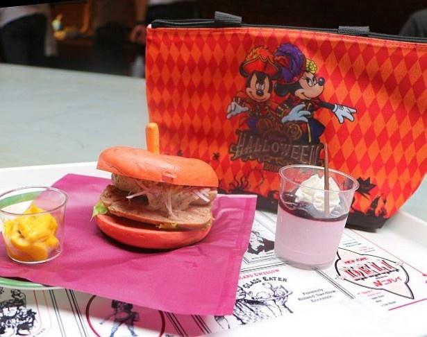 【写真を見る】ハロウィーンカラーの「スーベニアランチケース付きセット」(2020円)も販売中