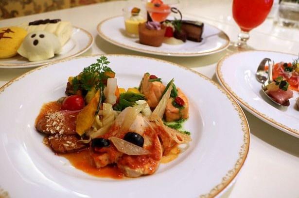 【写真を見る】ランチブッフェ&ディナーブッフェにはハロウィーンをイメージした料理やデザートなどがそろう