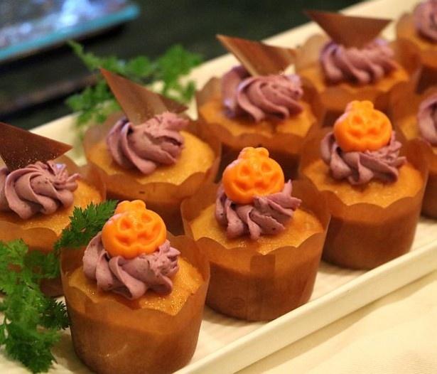 トッピングがハロウィーンらしい!「紫芋クリームのカップケーキ」