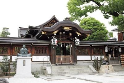 晴明桔梗が随所にあしらわれた本殿に晴明公が祀られている/晴明神社