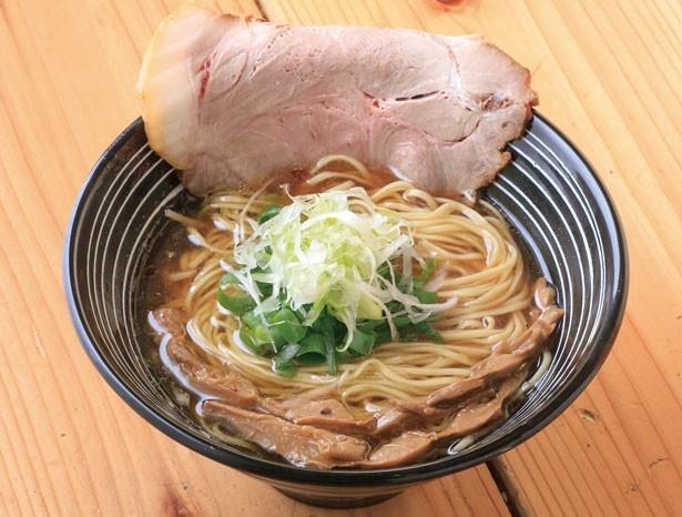 「極麺 青二犀」の鶏清湯しょうゆ らーめん(700円)。3種の地鶏とモミジで取ったスープは、7時間以上炊くことで、深い旨味が生まれる