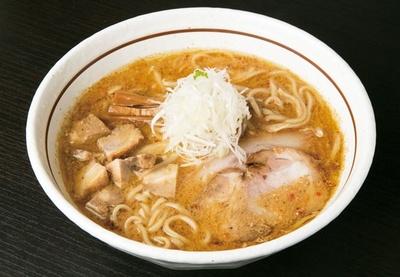 「らーめん 颯人」のみそらーめん(880円)。中太の平打ちストレート麺に合わせるのは、コクのある味噌スープ。大阪にはあまりない北海道スタイル