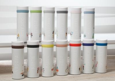 モチーフカラーがアクセントになった「ジャパン ジオグラフィーシリーズ ステンレスボトル」(各税抜4200円)はアルファベットで描かれた地名が浮かび上がる