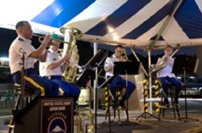 【写真を見る】在日米陸軍の軍楽隊によるライブミュージックの演奏