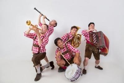 オクトーバーフェストの名物ともいえるドイツ音楽のバンドライブも実施