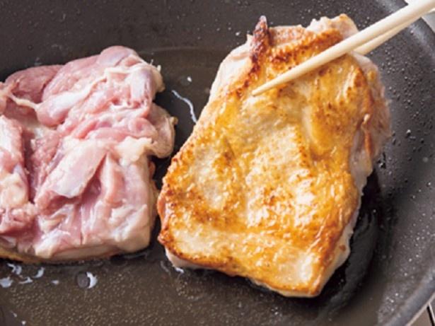 【写真を見る】肉にこんがりと焼き色をつけたら、調味料をからめるだけ!