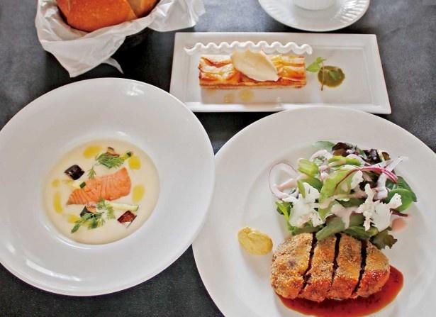 TOOTH TOOTH maison15thで食べられる「松方コレクション展限定 牛ほほ肉のカツレツランチ」。カツレツのほか、サーモンとジャガイモのスープや自家製バターブレッド、アップルパイなどがつく