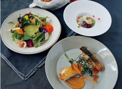 淡路鶏のスチームグリルや秋鮭のグリルなどが並ぶ「メイン2種のグリルランチ」。TOOTH TOOTH GARDEN RESTAURANTで提供