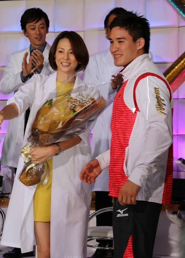 【写真を見る】サプライズゲストで登場したベイカー選手は米倉へ花束を贈呈