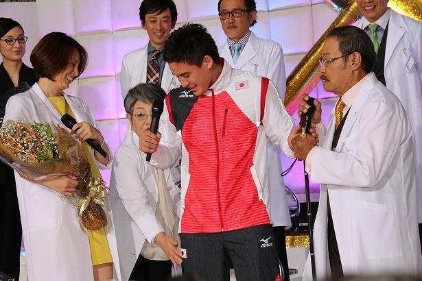 ベイカー選手に興奮の泉ピン子は「足も触っちゃった! 硬いの!」と自由に振る舞う