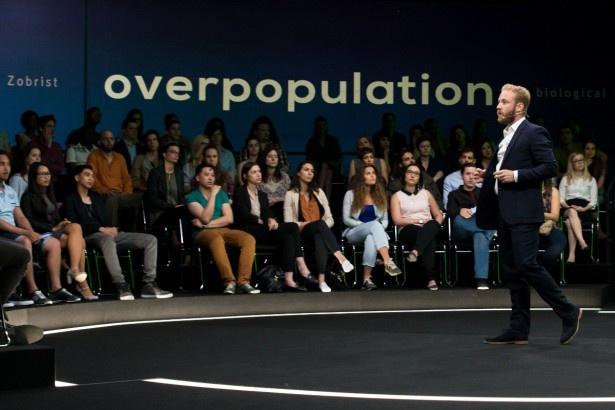 ベン・フォスター演じるゾブリストは、人口を激減させるべきだと主張する