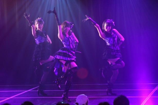 SKE48 8周年前夜祭「ミッドナイト公演」、「口移しのチョコレート」を披露する高木由麻奈、須田亜香里、惣田紗莉渚(左から)