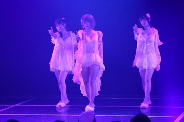 SKE48 8周年前夜祭「ミッドナイト公演」、「パジャマドライブ」を披露する大場美奈、山内鈴蘭、高柳明音(左から)