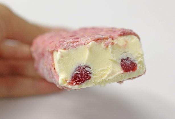 カスタードアイスクリームの中にも、ラズベリーソースを忍ばせている