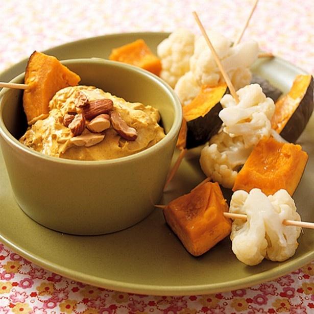温野菜を竹串に刺して食べやすく「カリフラワーとかぼちゃのディップサラダ」