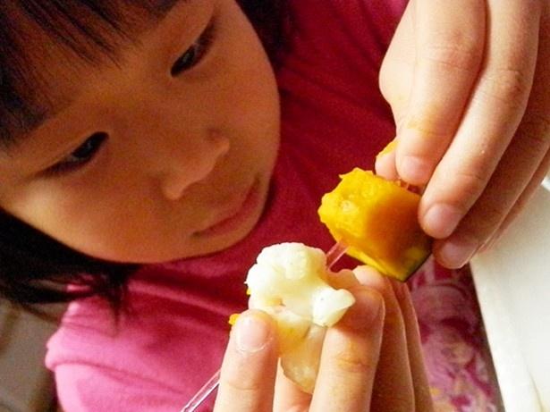 (写真B)「こっちの可愛いピックにしようよ~」とこだわりのピックで丁寧に野菜をつなげていく娘