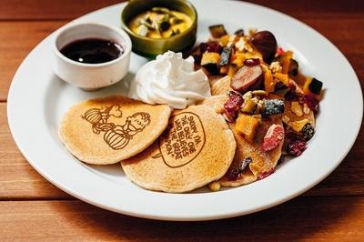 「ウェルカム・グレート・パンプキン」(1382円)はハロウィン限定パンケーキ。カボチャ風味のクリームチーズが秋にぴったり
