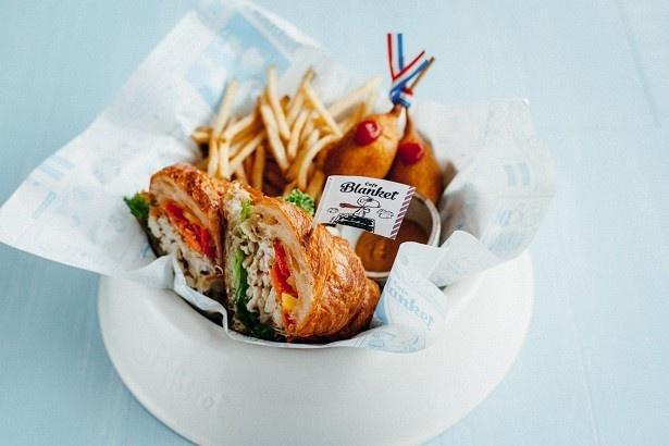 【写真を見る】「フライング・エース―フレンチスタイル―」(1652円)は、クロワッサンのサンドイッチにアンチョビ風味のポテトサラダとキャロットラペを挟んだ一品