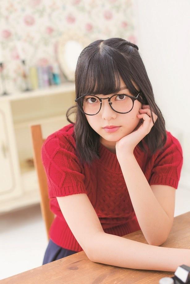 【写真を見る】平手友梨奈らメンバー5人のキュートなメガネ姿も!