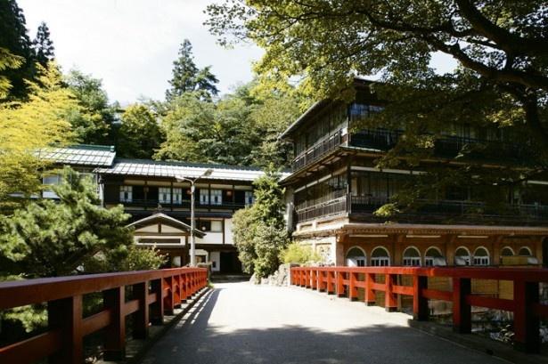【写真を見る】1位の四万温泉「積善館本館」。本館は元禄4年に建てられ、日本最古の 木造湯宿建築と伝えられる
