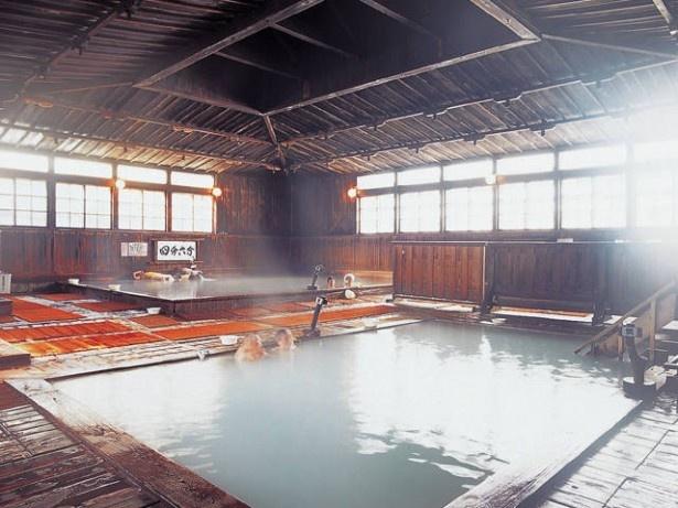 2位の酸ヶ湯温泉旅館。約140畳の広さを誇る混浴「ヒバ千人風呂」が有名
