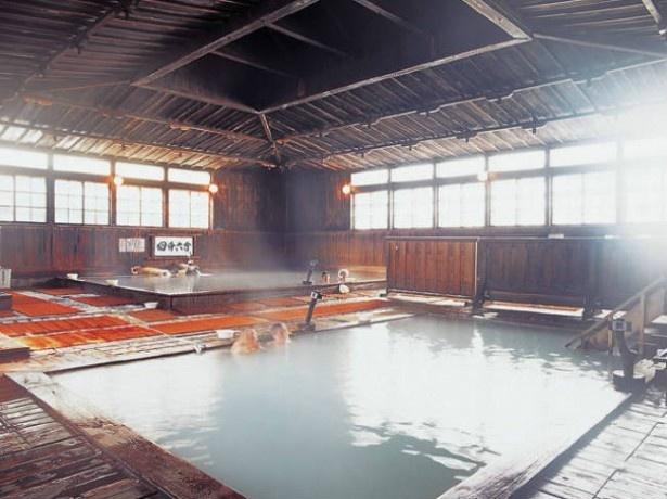 【写真を見る】2位 酸ケ湯温泉本館 ヒバ千人風呂