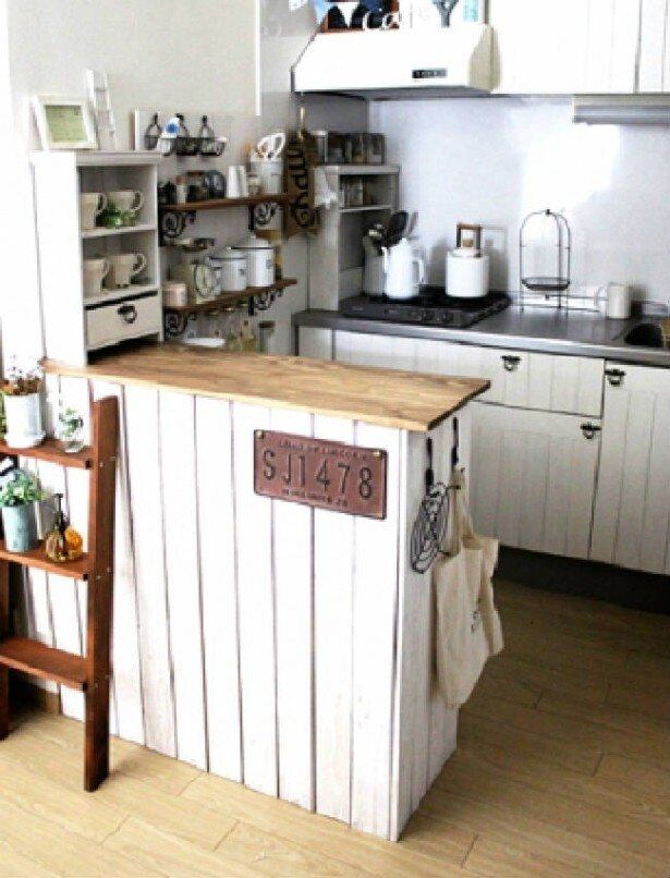 【写真を見る】キッチンシェルフとキッチンカウンターをDIYして収納スペース不足を解消!