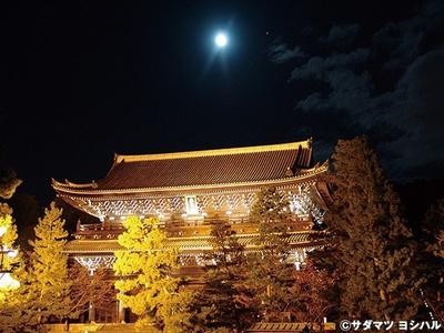 構造は入母屋造本瓦葺、高さ24m、横幅50m、屋根瓦約7万枚の国宝・三門をライトアップ