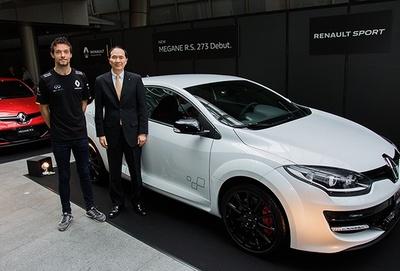「メガーヌ ルノー・スポール273トロフィーS<LHD>」と記念撮影するF1ドライバーのジュリオン・パーマー(左)と、ルノー・ジャポン代表取締役の大極氏
