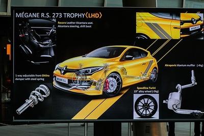 「メガーヌ ルノー・スポール273トロフィーS<LHD>」には、オーリンズの車高調をはじめ、チタンマフラー、軽量ホイールなどを備える