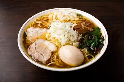 【写真を見る】味玉中華そば(780円)。 スープに使う食材は鶏のみ。赤鶏をはじめ数種類をブレンドし、絶妙な炊き加減で澄んでいながらも旨味が凝縮された仕上がりに