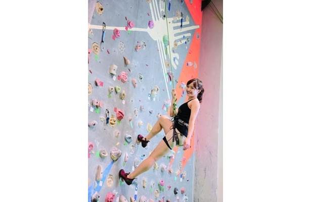 コツは、腕ではなく足を使って登ること。6mのクライミングウォールに登ると達成感でいっぱい!