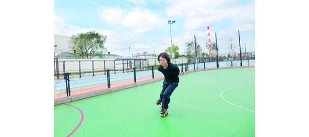 江戸川区「水辺のスポーツガーデン」では50円でローラースケートを楽しめる