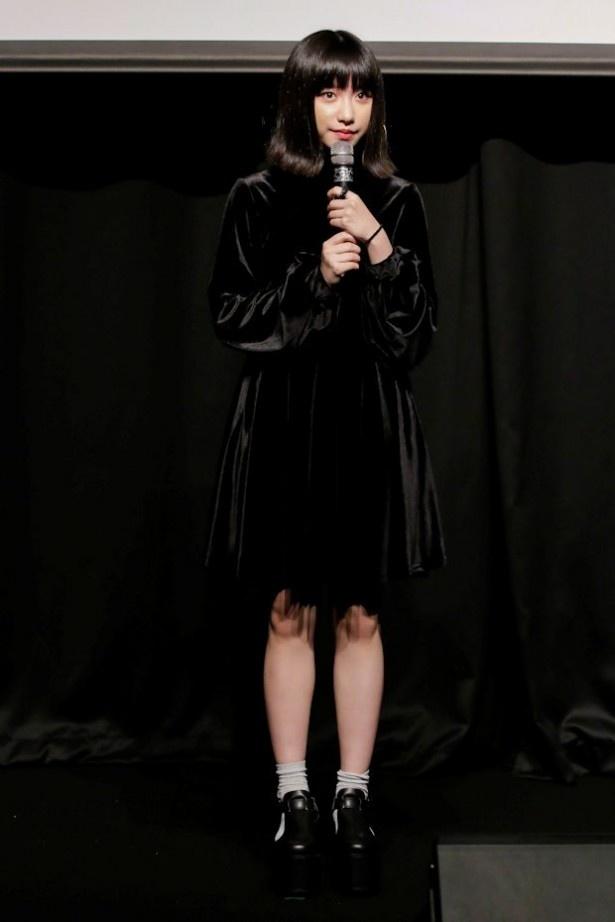 歌、映画と幅広く活動する吉田凛音はラップを披露