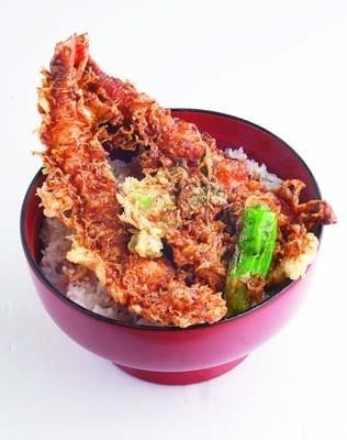 エビがどーん!と2尾のった「上天丼」!秘伝のタレもうまい(1575円)