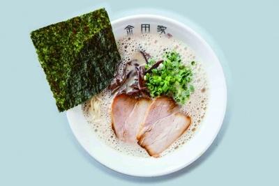 黒豚ラーメン(650円)。スープの白い泡立ちが特徴の一つ。まろやかな豚骨の旨味が凝縮されており、あと口はさっぱり。自家製の辛味噌(¥100)を加えるのもいい。乳製品は不使用