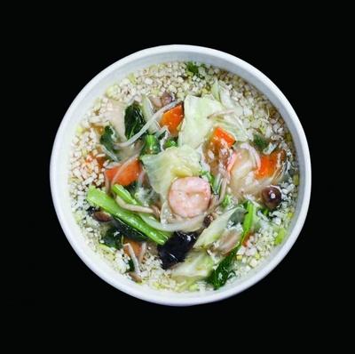 五目塩湯麺(650円)。スープは、鶏ガラと香味野菜の旨味が溶け込んだあっさり味。具だくさんのトロトロあんが中太麺にねっとり絡んでおいしい。麺も150gあり、食べ応え十分